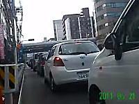 自転車ですり抜け中に起きたドア開き事故。山手通りで渋滞中の車のドアがバーン。