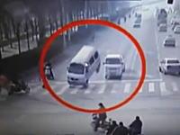 何が起きた!?中国で車3台が浮き上がる謎の事故が撮影される。なんだこれ(°_°)
