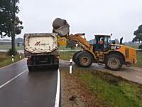 トラック壊れそうwww重機で大岩を乗せられたトラックが(´・_・`)