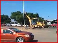安全対策ゼロ。なんという雑な作業(°_°)街灯ポール撤去で通行中の車を直撃してしまう事故。