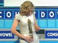 なんだこの服wwwレイチェル・ライリーが着ていた謎のドレスが話題になってる。