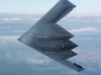 上空を飛ぶB-2ステルス戦略爆撃機を近距離から撮影したビデオ。まじカッコヨスギ!