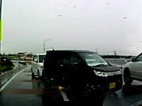 なんだこれワロタ。道の駅から出てきた2台の軽自動車が謎の動きをしててワロタ車載。