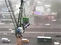 暴風の建設現場がなんだかとてもデンジャラス。高所クレーンも暴風に負けてしまって(°_°)