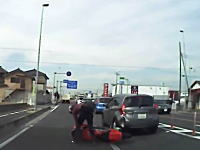 気分はMoToGPライダー。埼玉の県道で暴走ぎみだった二輪車が渋滞の最後尾に突っ込むドライブレコーダー。