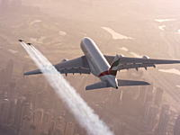 旅客機の窓から外を眺めていたら人が飛んでてワロタ。エミレーツA380と空飛ぶ人間ジェットマンの編隊飛行。