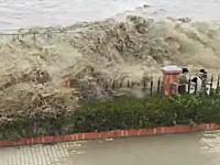ちょwww銭塘江の海嘯ヤバすぎワロタwww見学してた人みんな流されてしまう(°_°)