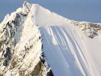 ほぼ垂直の山から約500メートルも転げ落ちてしまう男性(°_°)エクストリーム山スキーで危険なアクシデント。