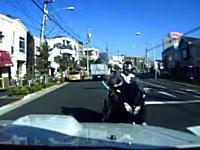 東京都葛飾区小菅でビッグスクーターと正面衝突したドラレコドーガ。カーブを直進していた?