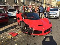 1億6000万円のフェラーリが路駐に突っ込む事故wwwラフェラーリがボロボロに