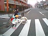 後ろから追突されて横断歩道の小学生をはねてしまったドライブレコーダー映像。