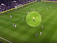 明らかに片方を応援しているように見えるサッカーの主審の映像が人気に。