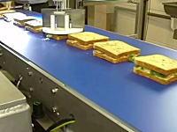 地味動画。流れてくるサンドイッチをただひたすらカットしていくだけの簡単なお仕事。