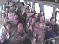 バスがガードレールを突き破って道路から転落。その時車内は・・・。監視カメラが捉えた衝撃映像。