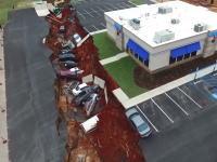 米ミシシッピ州でレストランの駐車場が突然陥没し車12台が飲みこまれる。その現場を空撮。