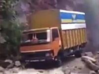 怖すぎワロタwwwえげつない道を無理やり豪快に進むトラックの映像がヤバすぎるwww