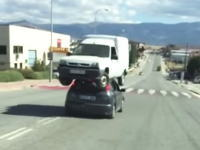 積車を借りるお金がもったいない。スペイン人が考えた故障車を運ぶ方法がとんでもないw
