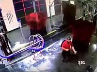 危ないけどワロタwww洗車機のスタッフが巻き込まれて大変な事になってしまう動画www