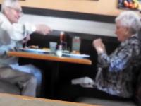 ほのぼの。レストランでじーちゃんとばーちゃんが楽しそうすぎワロタwwwww