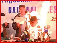 記者会見中の焼身自殺(未遂)突然液体を被って火をつけて燃え上がる男性の映像。