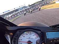 鈴鹿サンデーロードレースの死亡事故現場を事故直後に通過したライダーの車載カメラ。
