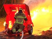 ガチンコ対決。消防の消火ホースの放水vs火炎放射器。勝つのはどっち!?