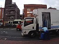 これは迷惑。出入口を塞いで搬入していたローソントラックのせいで事故が起きかけた車載。