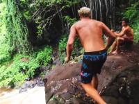 危うく死ぬ所だった。崖ダイブ落下中に頭をぶつけて大怪我をしちゃった男性のビデオ。