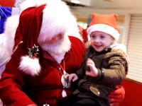 サンタさんGJすぎて泣いた。腕に抱いていた少女が「実は話すことができない」と知ったサンタさんの神対応が話題に。