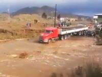 この運転手無茶しすぎwww洪水で水没している道路に無理やり突っ込んだトレーラー