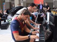 才能があるって素敵だね。駅に設置されたピアノで他人同士の即興連弾が電車待ちの人たちを楽しませる。