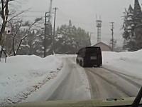 鷲ヶ岳スキー場で事故。これ白い方スピード出しすぎだろ(°_°)既に滑ってた?