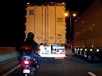 スクーターのすり抜けで危機一髪(°_°)トラックと壁の隙間を攻めたスクーター乗りがガリガリっと。