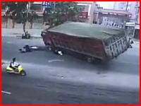 生死の分かれ目。砂利満載のトラックに潰された彼氏と間一髪で逃れた彼女。