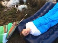 悪乗りする友人たちとキャンプに行くのは危険です動画。熟睡した友人を流してみたwww
