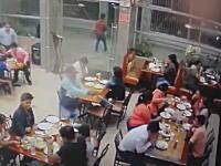殺し屋のお仕事。レストランに押し入り2人を射殺したヒットマンの映像が公開される。