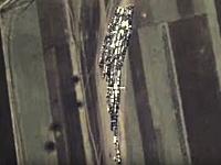 イスラム国の交通渋滞をロシアが空爆。逃げ惑う車たちが映ってる空撮ビデオ。