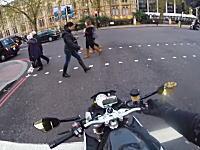 交通ルールを守らない歩行者に対して空吹かしで注意を与えるライダーの映像が高評価すぎる。