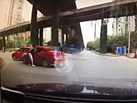キチガイ注意報。交通トラブルで相手の運転手(女性)を引きずり出してフルボッコ。まじボッコボコ(°_°)