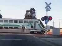 電車が迫ってくる踏み切りをダッシュで駆け抜けようとした32歳の男。はねられて死ぬ(°_°)
