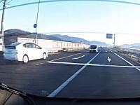 10秒後この軽自動車がぶっ飛ばされます。100%もらい事故の瞬間。(一日市)