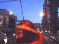 この原付あほたwww川越街道でうp主の車に追突して焦って逃げるメガネ男。