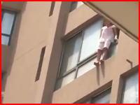 飛び降り自殺の瞬間。パジャマ姿の女性が窓から飛び降りて死亡。