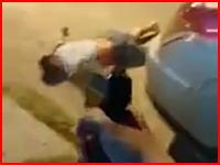 撃ちすぎやろ(°_°)倒れて動かない男に少なくとも35発もの銃弾を浴びせる男たち。