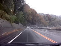 こんなのどうする事もできん(´・_・`)雨でスリップした軽トラに特攻された対向車。