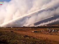シリア戦争動画。多連装ロケット砲によりフルボッコにされている町(°_°)ロケット弾が向かってくる映像も。