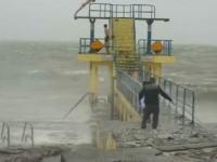 こんなの自殺行為だろ。暴風で大荒れの海に飛び込んで遊んでいる少年たちの映像が投稿され批判が殺到。