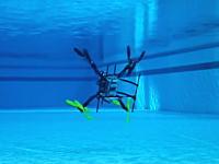 水空両用。潜水して水中を進んだ後に水面から飛び立つドローンの映像。