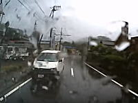 伊豆の観光バスが逆走してきた商用バンと正面衝突。重傷者がでた事故の瞬間。