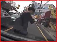 歩きスマホでノールック横断vs下手くそ運転手。後頭部でフロントガラス割れてるしヤバいかな。